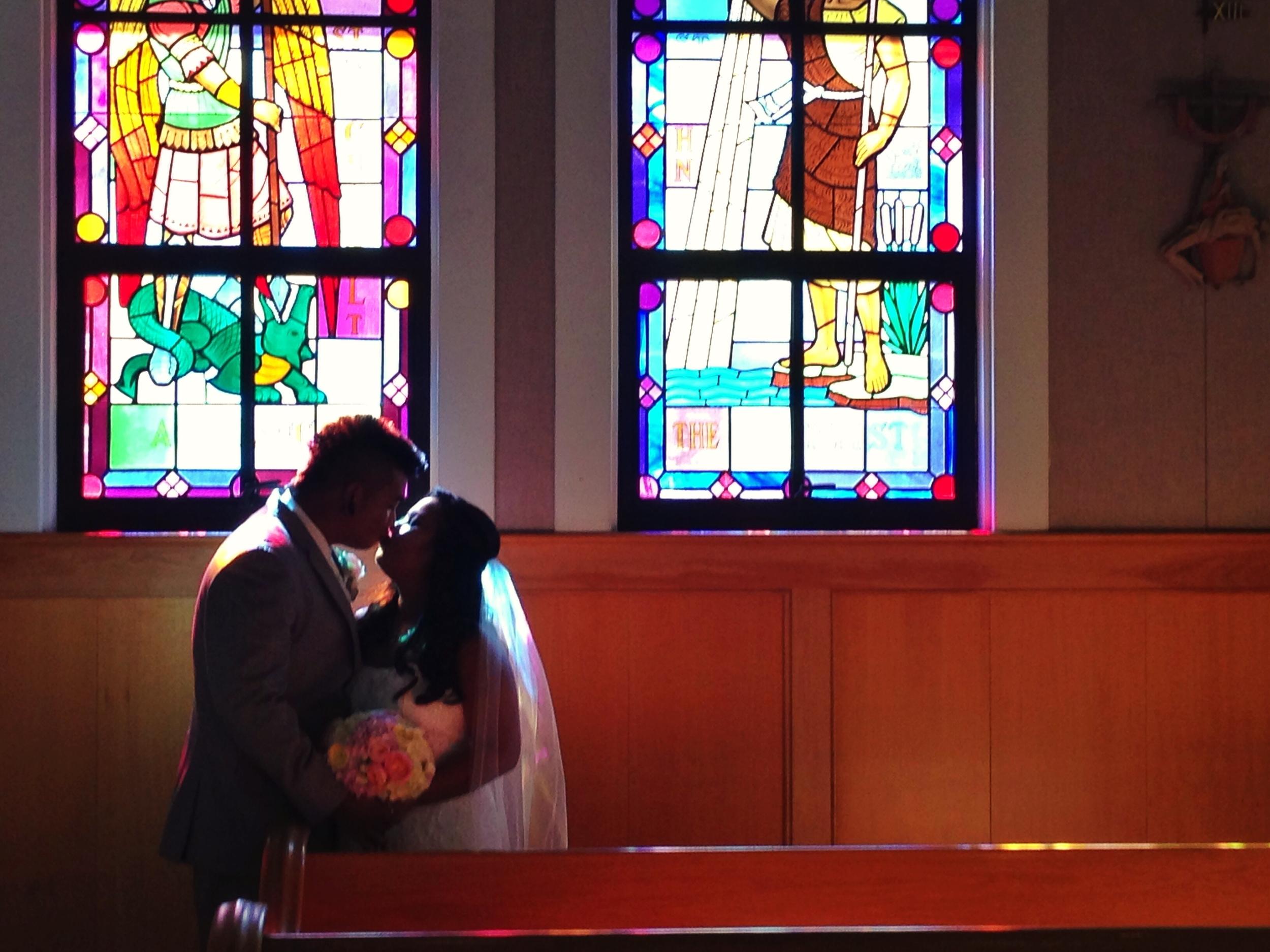 oahu-church-wedding-ceremony-glass-stain-windows