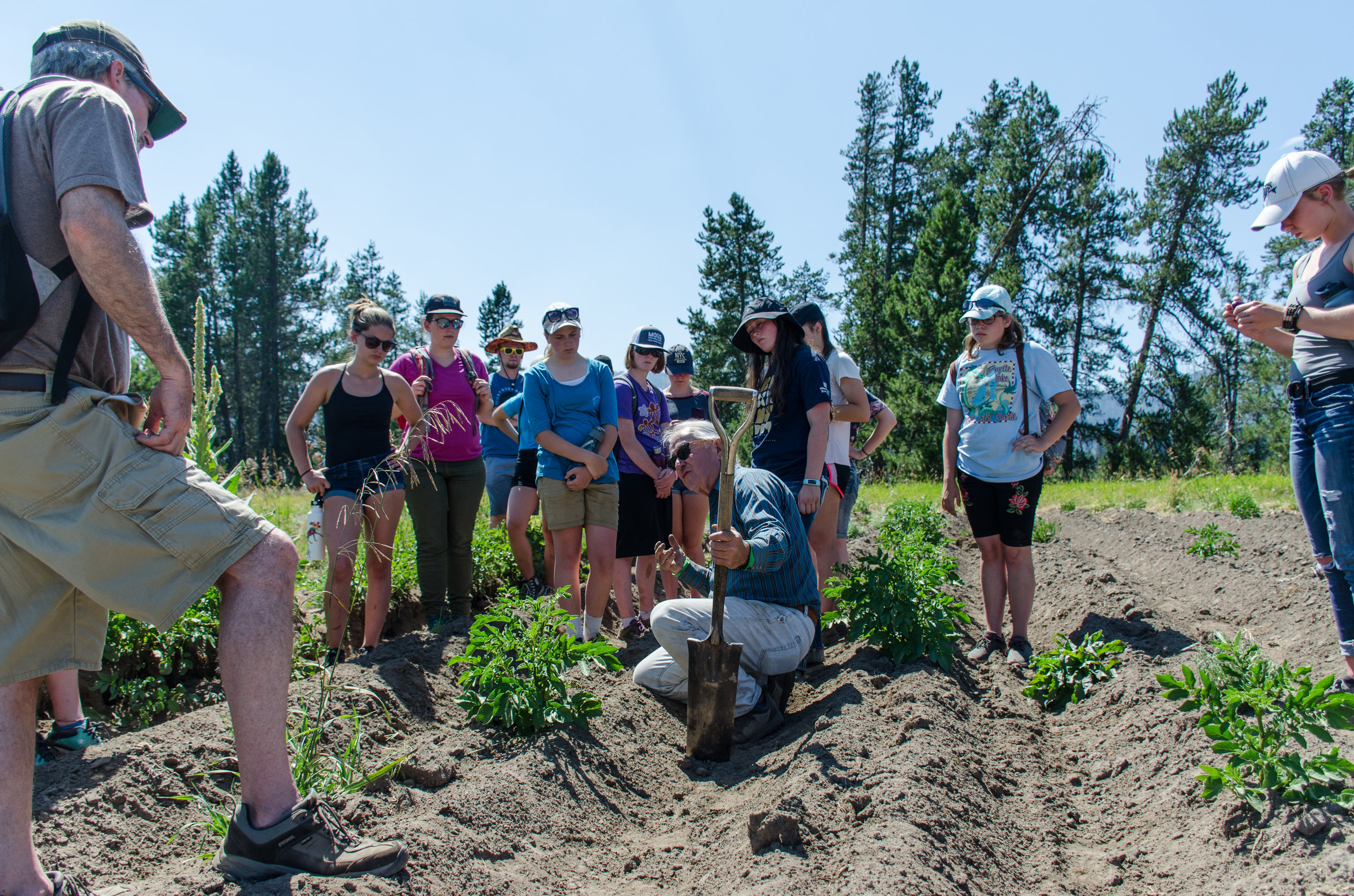 Jeff Bragg speaks with students about growing organic potatoes in McCall, Idaho