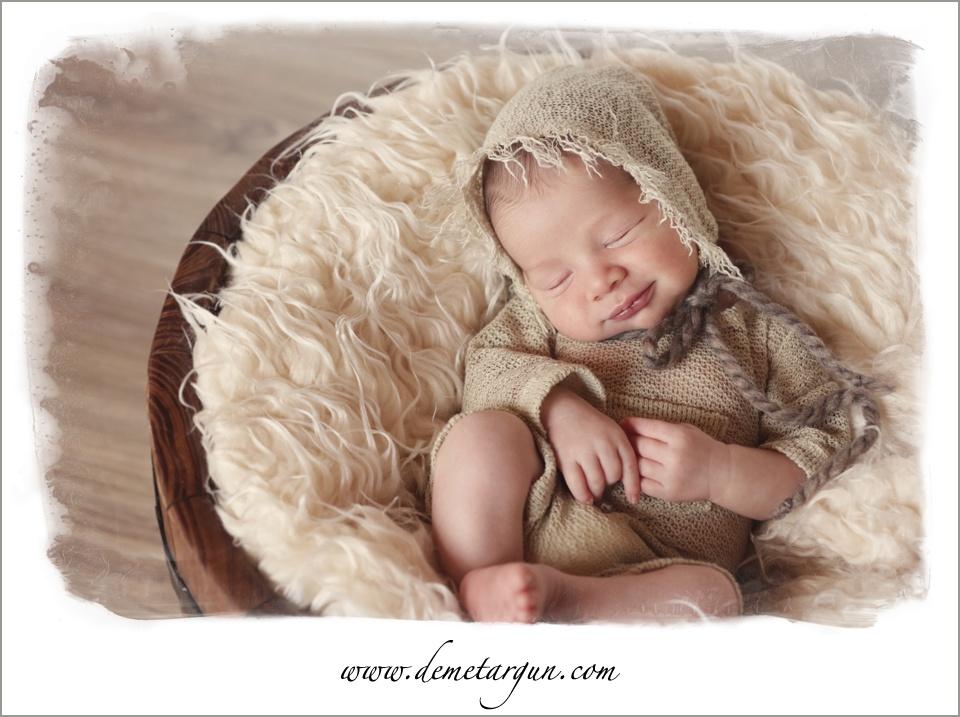 yenidogan bebek gulumserken
