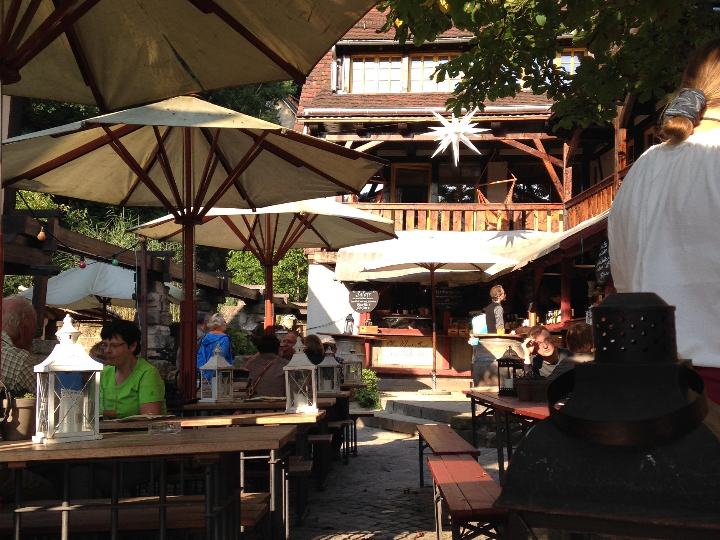 Titel: öffentlicher Platz in Schmilka – saunieren, frönen, leben. ©R. Kiel