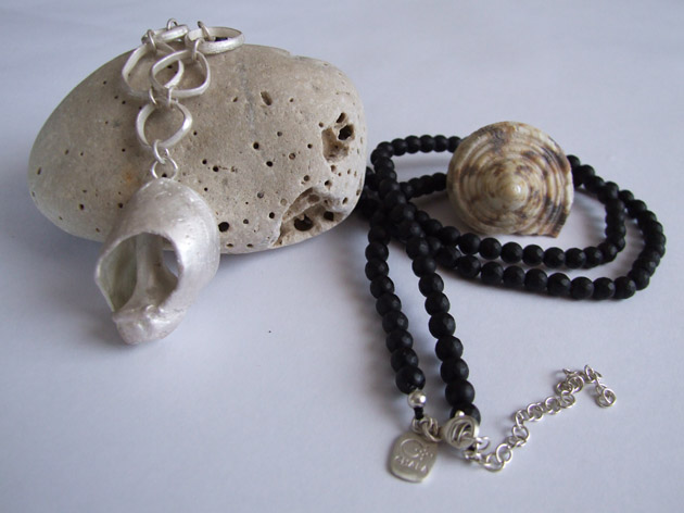 12 Round seashell necklace with onix.jpg