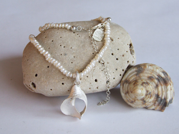20  Curve shell necklace with pearl.jpg