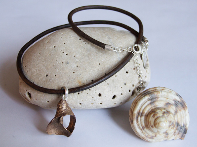 22  Curve shell necklace with leather cord.jpg