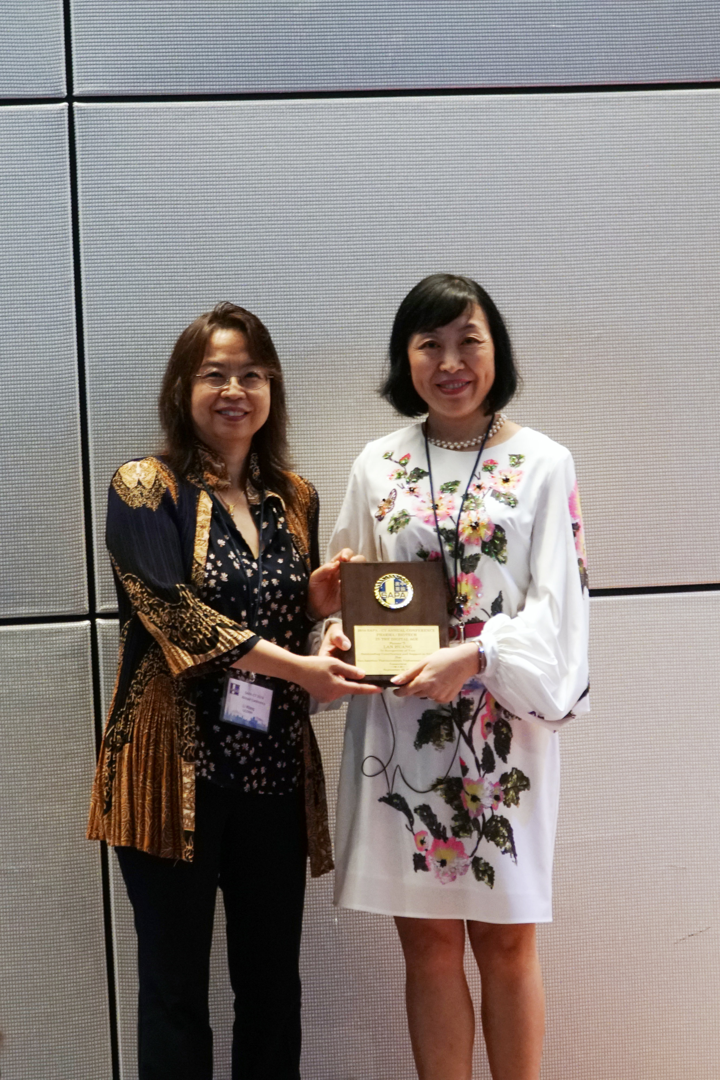 Dr. Lan Huang honored by Dr. Li Wang to receive SAPA-CT speaker award.