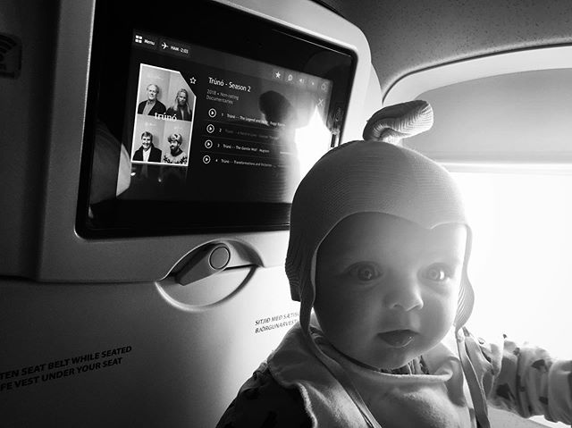 in-flight entertainment - work baby and human baby ✔️⚡️🤩 #inflight #entertainment #work #baby #human #baby #truno #offtherecord #icelandair #gypsy #nomad #person #inmaking #funny #combo #parents #onthemove #with #extra #super #cutie #baggage #monday #blackandwhite #bw #big #kiss