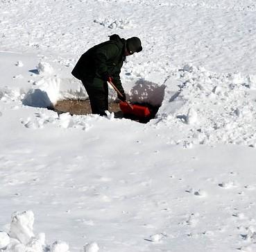 shoveling-17328_640.jpg