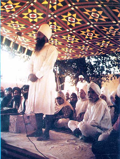 Shaheed Bhai Fauja Singh doing parchar during his imprisonment in Gurdaspur Jail (1977).