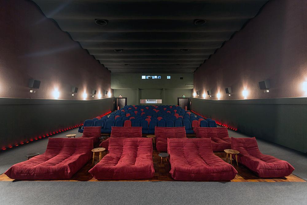 Vista da sala de cinema com sofás nas 2 primeiras fileiras. Foto de Sérgio Israel.