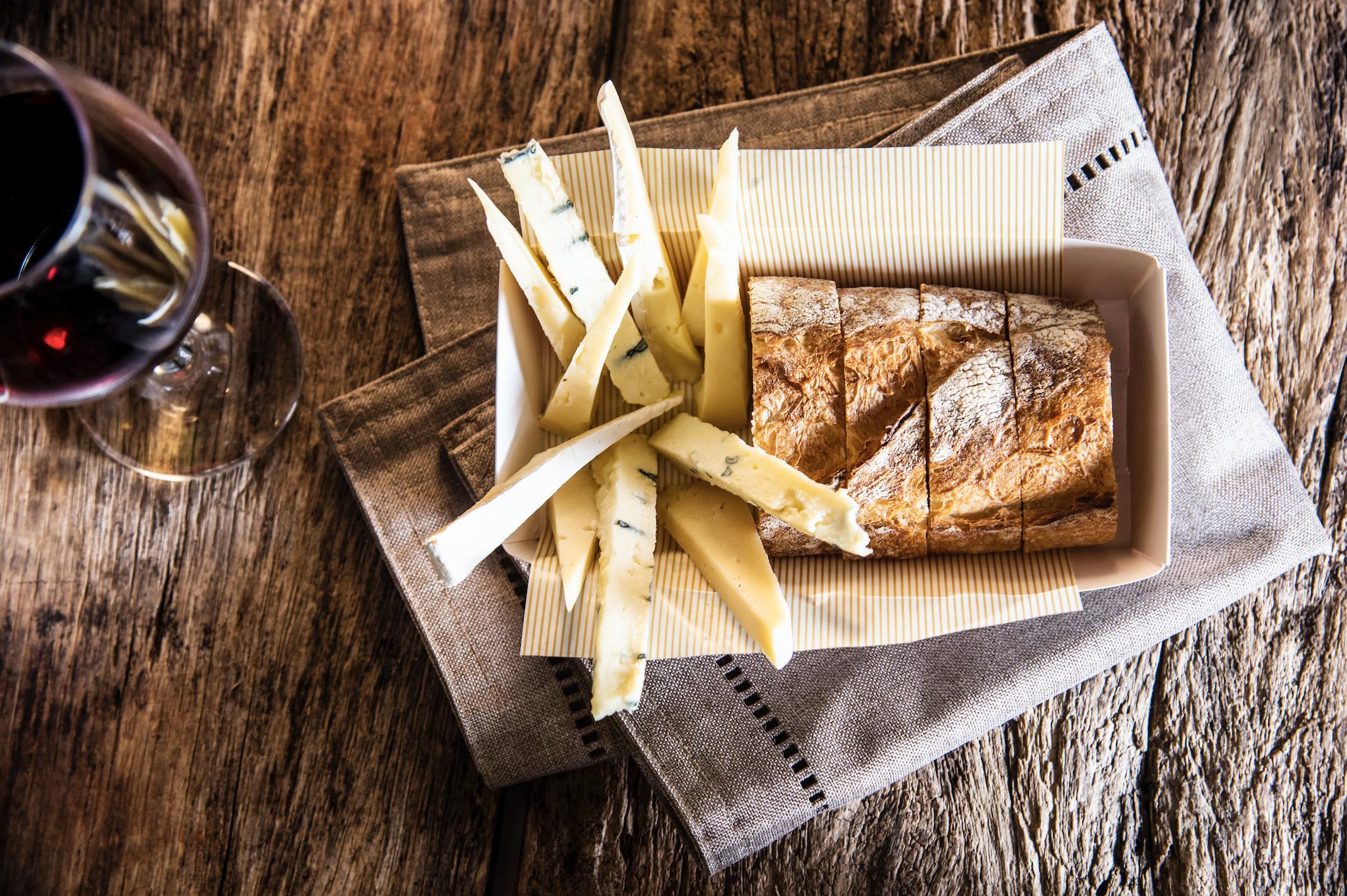 Vinho com trio de queijos + baguete.  Foto de Ligia Skowronski