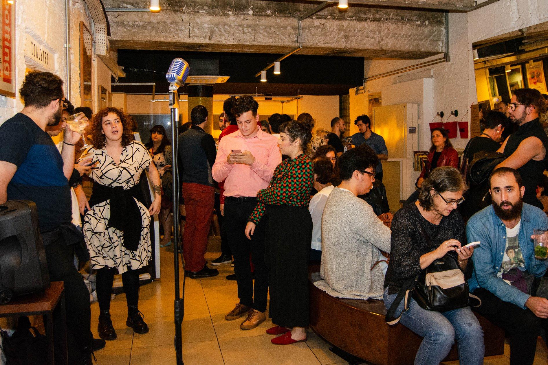 Saguão acomoda o público enquanto não começa o evento.  Foto de Raphael de Souza Rocha.