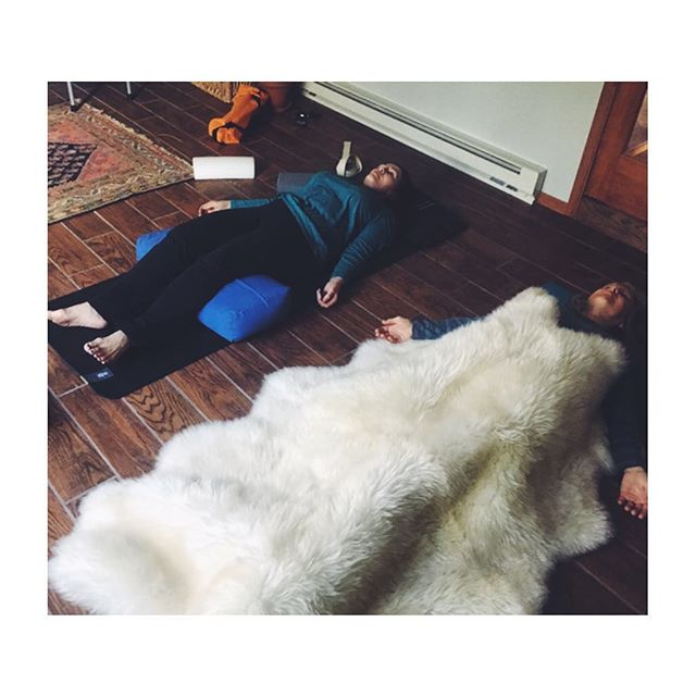 Extra yummy savasana in yoga today 🧘‍♀️✨ #sheepskin #bestpartofyoga #yoganap #savasana #alltheprops
