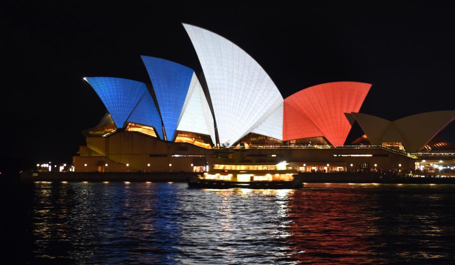 Sidney Opera Binası (bir başka günah yuvası) Fransa'nın renklerine bürünmüş