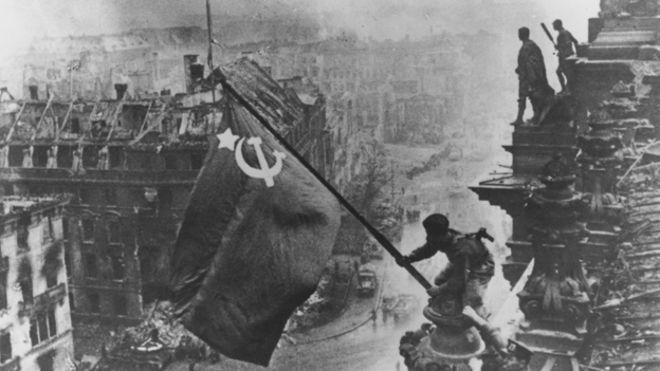 Reichstag'da dalganalan Sovyet bayrağı