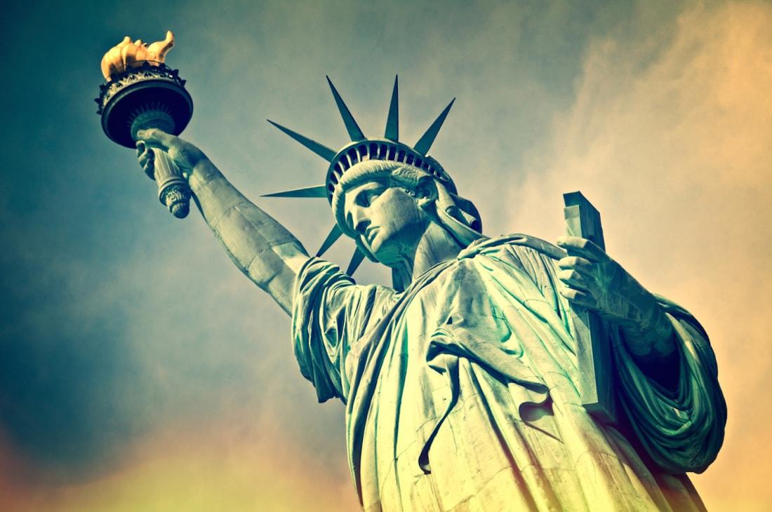 """""""  Lady Liberty """"olarak da anılan hanımkızımızın   ayaklarının altında kırılmış zincirler vardır. Oysa anıtın dikildiği 1886'da kadınların oy hakkı veya doğum kontrol hakkı yoktu (doğum kontrol hakkında bilgi dağıtmak bile yasaktı). """"Özgürlük"""" Anıtı'nıdikenler için, bu durum hiç de ironik değildi."""