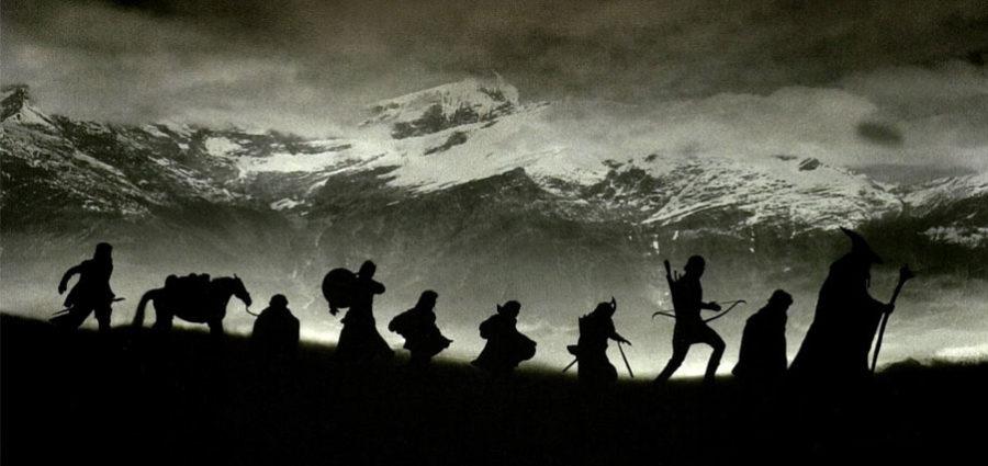 Yüzüklerin Efendisi , quest kalıbının en bariz örneklerinden. Kahramanlarımız, bedavaya uçabildikleri kartal havayollarını kullanmak varken,dağ taşyürümeyi seçerek, görevlerini üç filme ve yaklaşık 3 milyar dolarlık gişe hasılatına yaydılar.