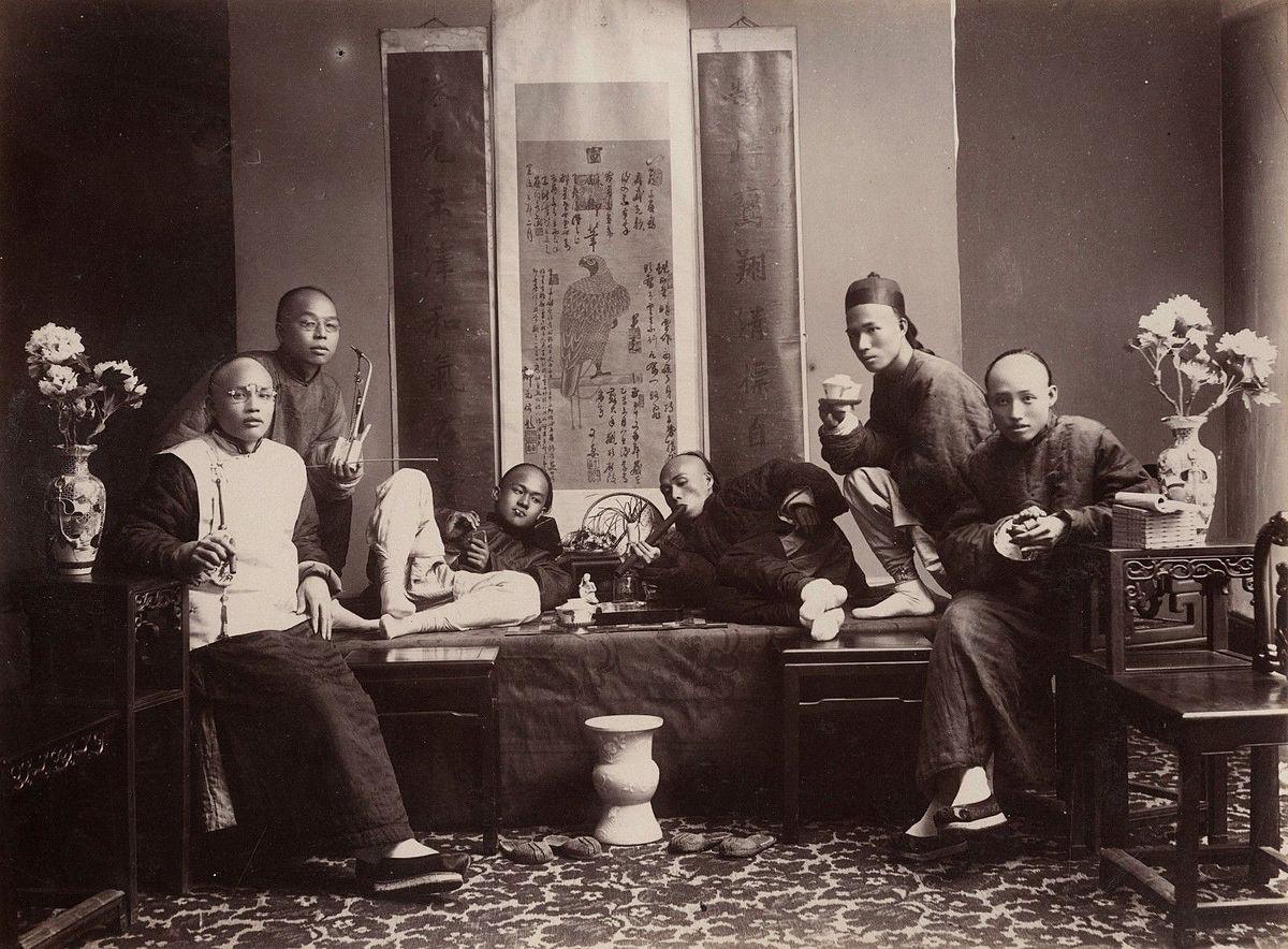 18-19.yy'da, yetişkin Çinli'lerin üçte biri esrar bağımlısıydı. Burada görece nezih bir esrar evi fotoğraflanmış.