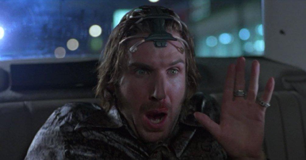 """1995 yapımı Strange Days, 1999'u 2000'e bağlayan günlerde geçiyor. """"Dünyanın sonu""""temalı partilerin ötesinde, sadece 5 sene içinde böyle bir teknolojinin gerçekleşebileceği yeterince makul gözükmüş insanlara. Aşırıiyimserlik, bilimkurgunun olmazsa olmazı."""