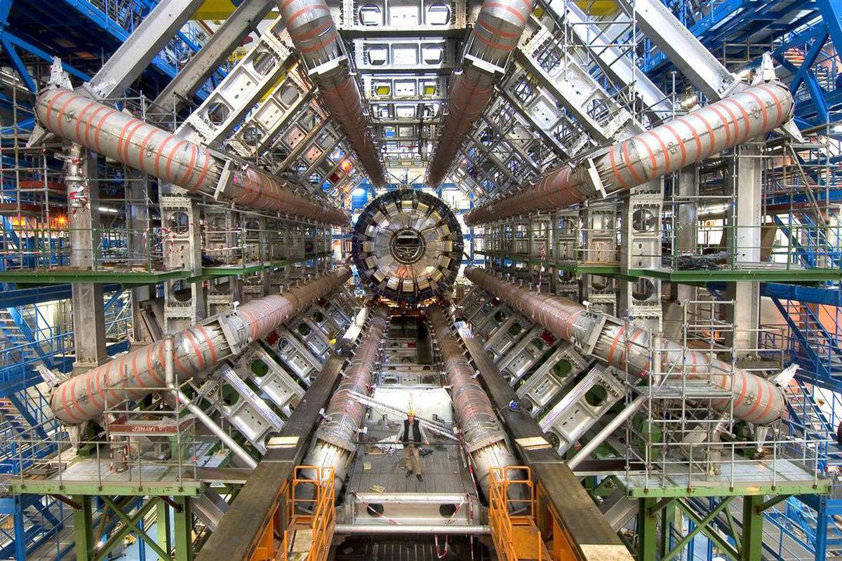 Large Hadron Collider 'ın 27 km'lik tünelinden bir kesit. Dikkatli bakarsanız, adamın taa oralardan nasıl da kıskanç kıskanç Türkiye'ye baktığını görebilirsiniz.