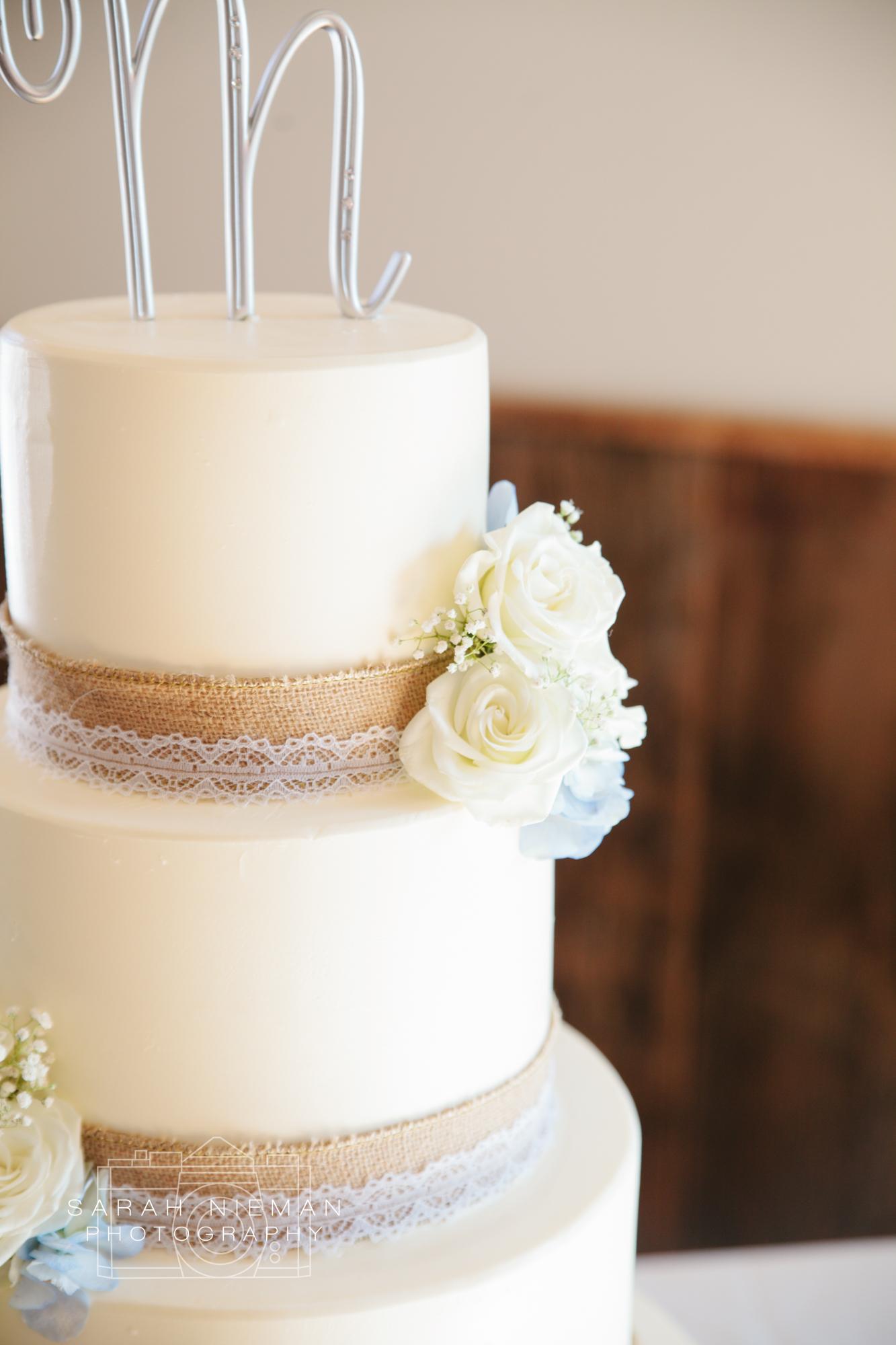 Simple cakes make me happy. Isn't it gorgeous!?