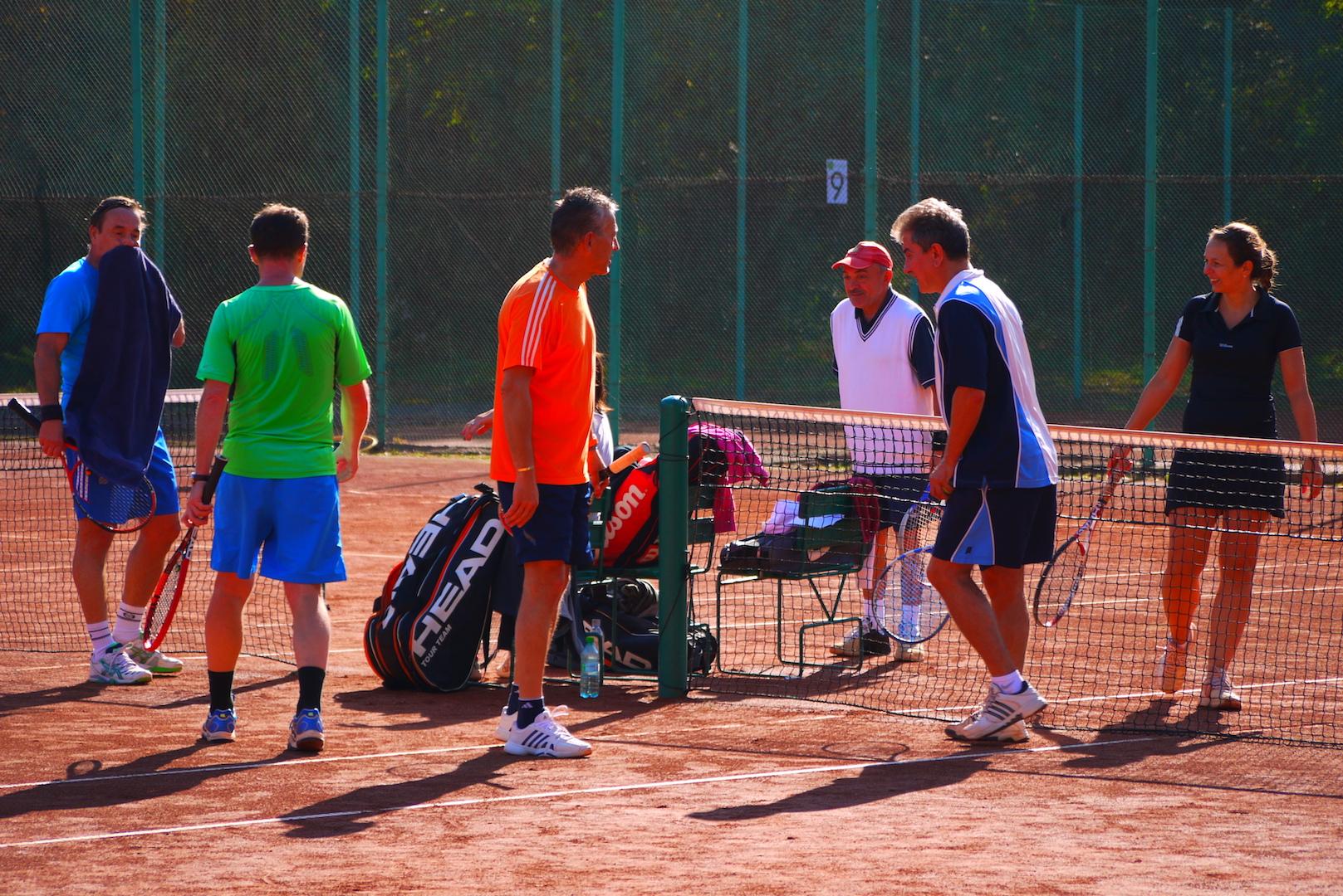Socializare - vei intra in contact cu alti pasionati al acestui sport si iti vei putea face noi prieteni cu care sa joci tenis.