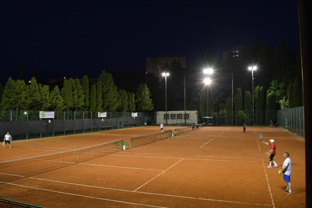oferta nocturna tenis - platesti 200 de lei/luna si joci tenis in limata a 1 ora pe zi in intervalul orar 21:00-24:00