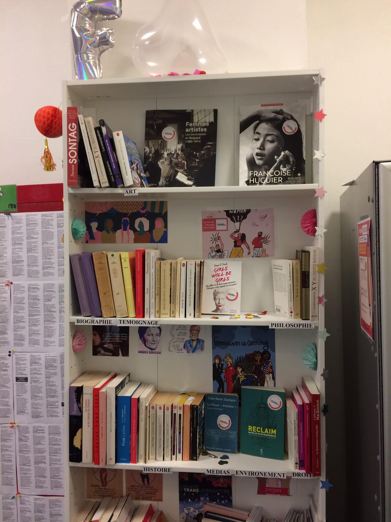 Notre Féministhèque - La Féministhèque est une bibliothèque féministe participative ouverte et accessible à tous.tes. Exclusivement fournie en ouvrages féministes de tous les horizons, la Féministhèque est l'aboutissement d'un long travail de collecte, tri, recensement des livres qui la composent, pour permettre à toutes et à tous d'en profiter librement.INFOS PRATIQUES : MIE Bastille. 50 rue des Tournelles, 75003 Ouvert du lundi au vendredi de10h à 22h et le samedi de 10h à 19h.