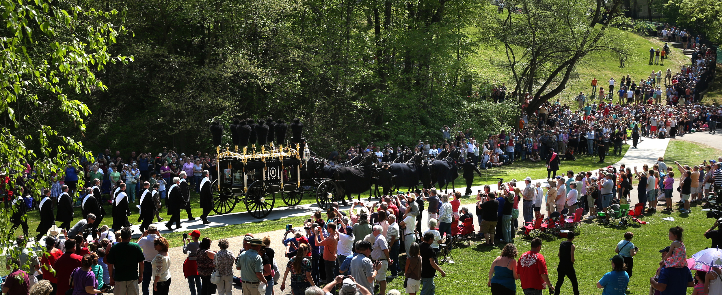 Theprocession reaches Oak Ridge Cemetery and approaches thereceiving vault. David Spencer/The State Journal-Register