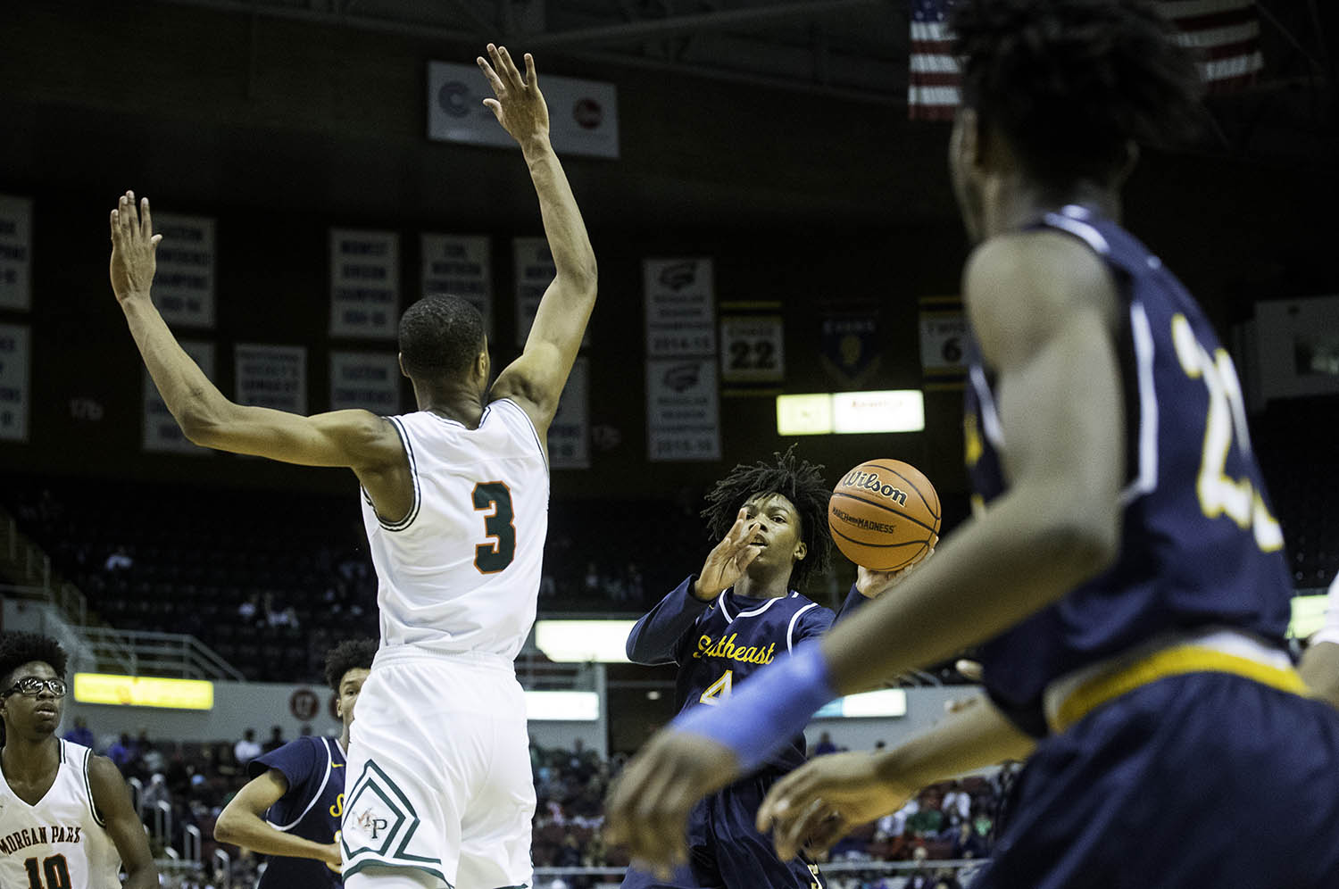 Southeast's Terrion Murdix slings a pass to Southeast's Anthony Fairlee  during the 3A championship game at Carver Arena in Peoria, Ill., Saturday, March 17, 2018. [Ted Schurter/The State Journal-Register]