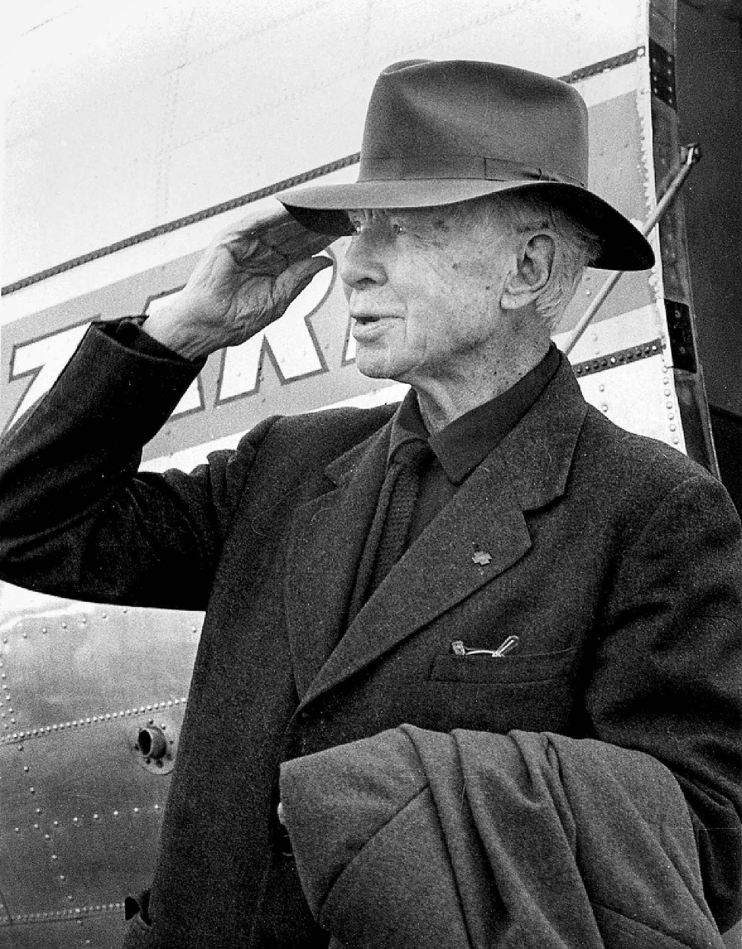 Poet Carl Sandburg arrives at Capital Airport to take part in a ceremony dedicating the Springfield school that bears his name, Oct. 8, 1961. [Bill Hagen/The State Journal-Register]