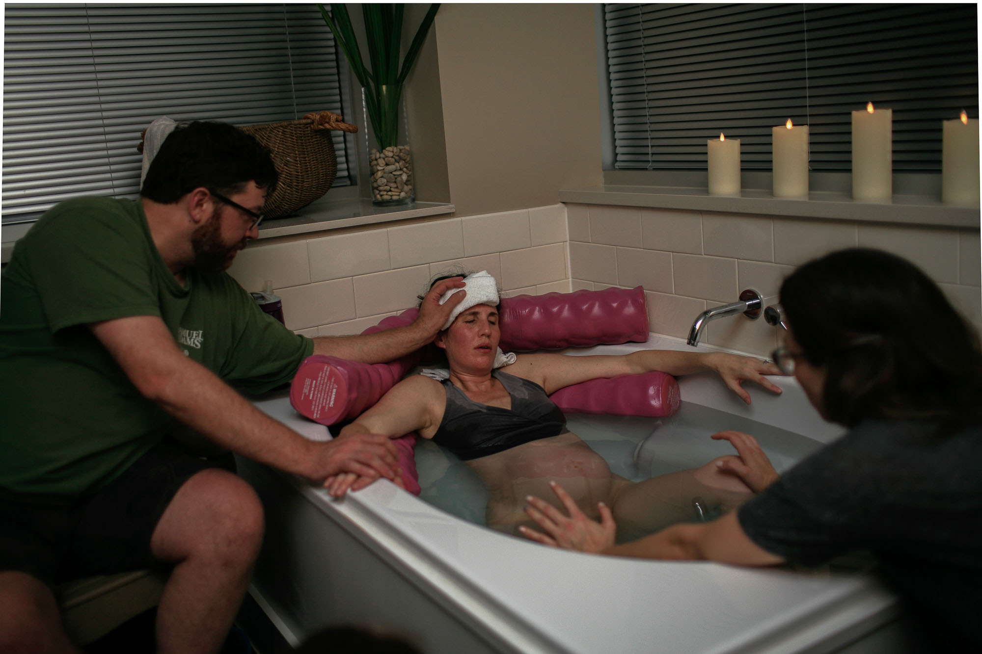 laboring in the tub--austin birth photographer