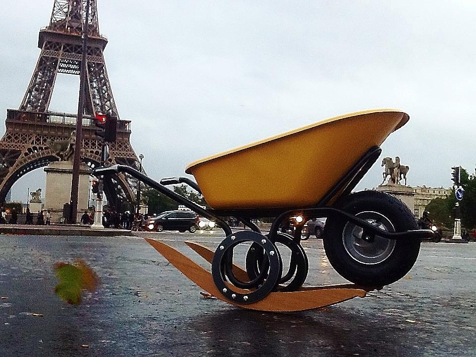 Brouette Bàb, ici exposée sur le parvis de la Tour Eiffel.