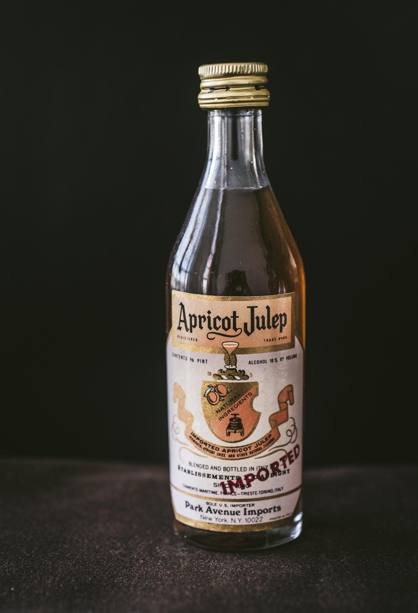 VintageAlcoholBottles020.JPG