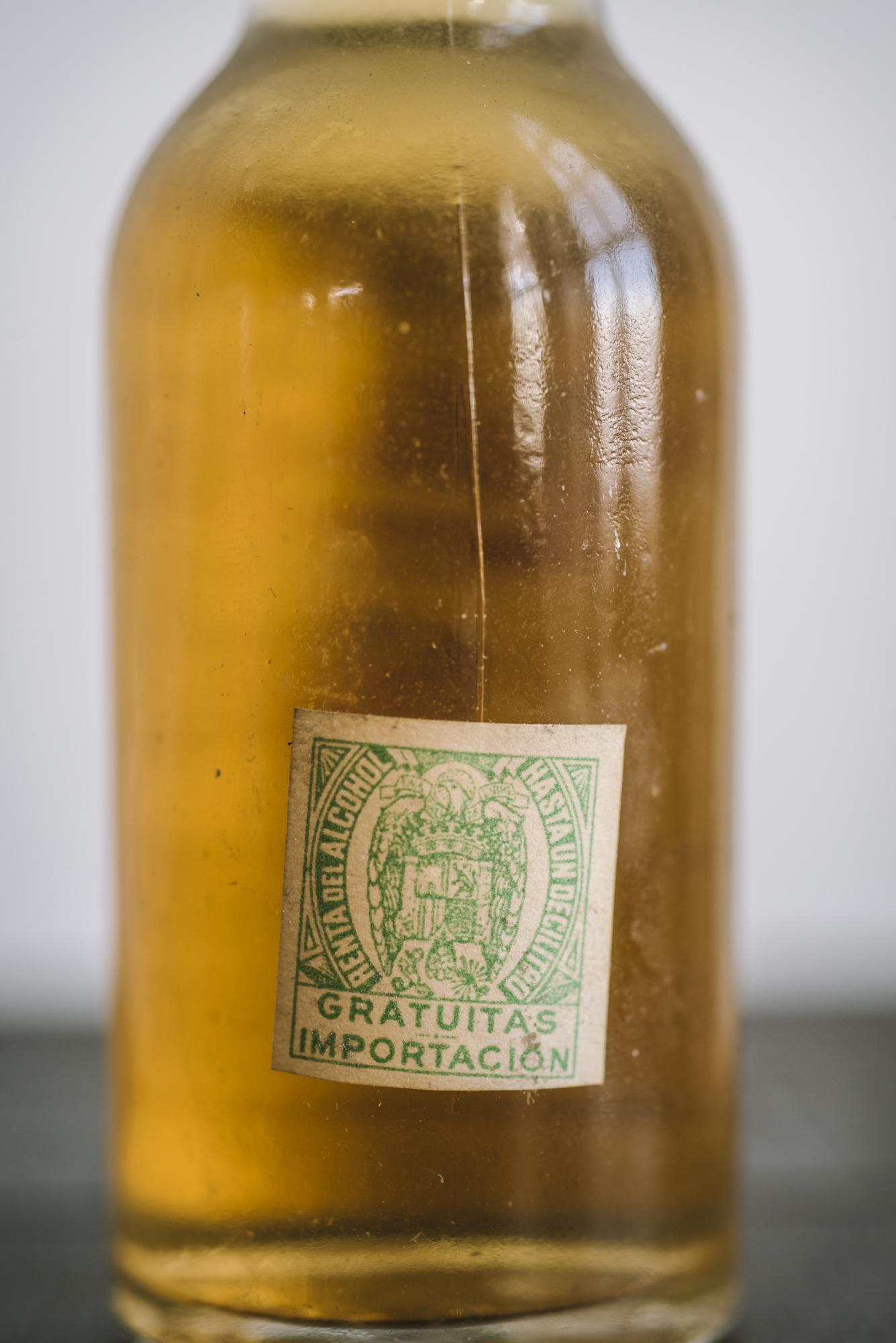 VintageAlcoholBottles071.JPG