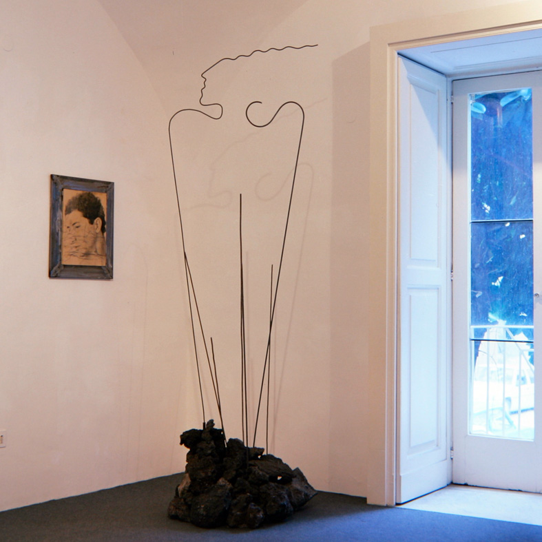 Studio Trisorio Napoli , 1989  Scultura in pietra lavica e ferro. Sulla parete, emulsione fotografica e grafite su carta, ferro