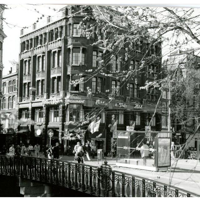 Ik zit nog steeds op de hoek Prinsengracht - Leidsestraat in dit prominente pand! #historie #thijsbydikkerenthijs #etenbijthijs #prinsengracht #leidsestraat #amsterdam #berucht #beroemd