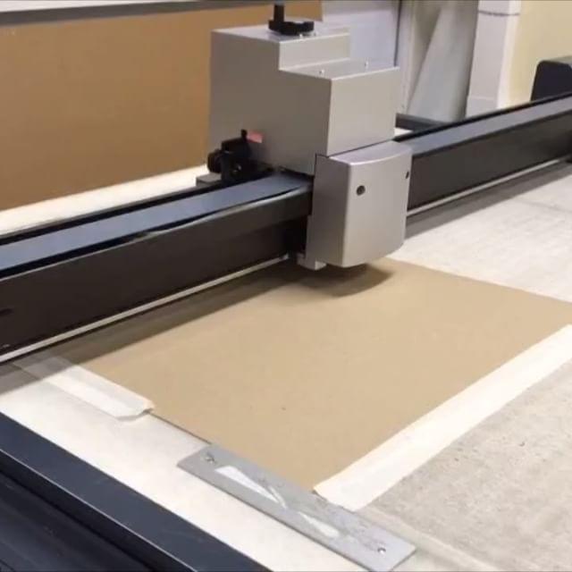 История одной конструкции: показываем на видео как из листа гофрокартона получается готовый короб.  #РэмосАльфа #гофрокартон #лоток # RemosAlfa #packaging #производство #завод #кировск