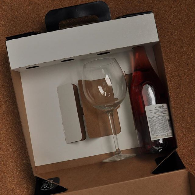 Одна из конструкций, которые мы выпускали для нашего клиента - хороший вариант подарка, особенно под новый год. Можно подарить несколько бутылок элитного алкоголя или набор с бокалами. . . #РэмосАльфа #RemosAlfa #packaging #гофрокартон  #упаковка #короб #подарочныйнабор #подарочныйкороб