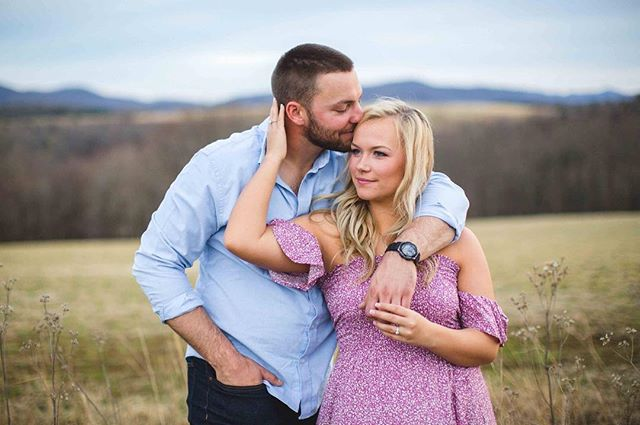 Fun fact: I squeal at sessions when I get a shot like this, just ask these two! I squealed... A LOT! I knew this was the shot. Do you get sucked into her eyes & his grin too or is it just me?! I'm all for good looking couples but nothing beats a good looking couple that knows how to work it 💁🏼‍♀️