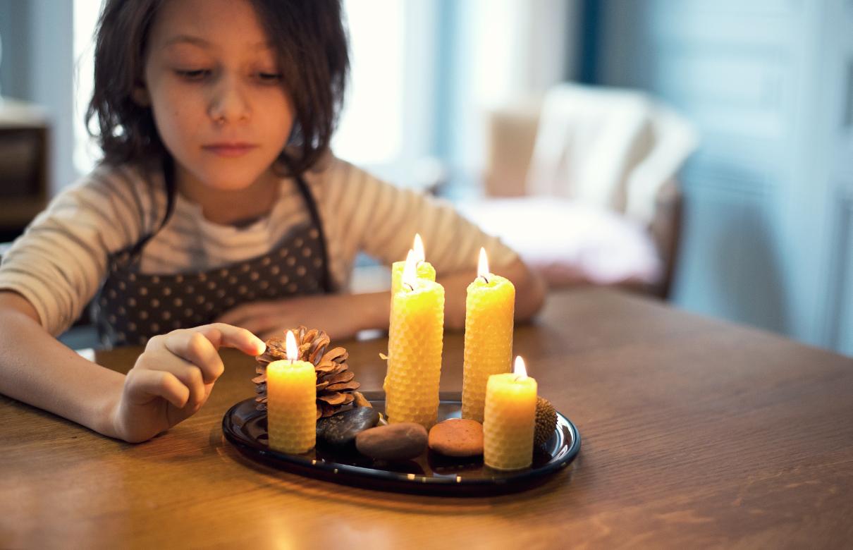 Ces bougies sont simplement des feuilles de cire roulées sur la mèche.