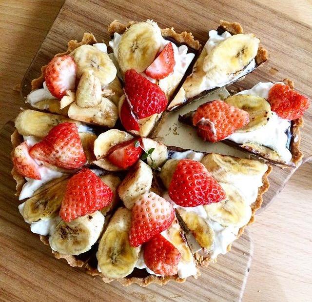 草莓和香蕉感覺就像是小姐和書僮一樣的組合  卻不意外的好好吃!誰叫小姐都依賴書僮...只好變朋友這樣...  生巧克力口感內餡和酥脆塔皮..簡直好吃的不得了!