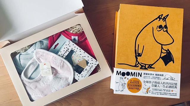 昨日和出版社開會,謝謝麥田的夥伴們送給小小人和小人(姆米套書應該會被媽媽搶走)的厚禮。 ❤️❤️❤️❤️❤️❤️🙏 百年限量書盒已經斷版,但內容物還是有零售,請搜尋「小麥田」。 #moomin百年紀念限量書盒已斷版 #怎麼知道我們家寶寶都petitbateau好厲害