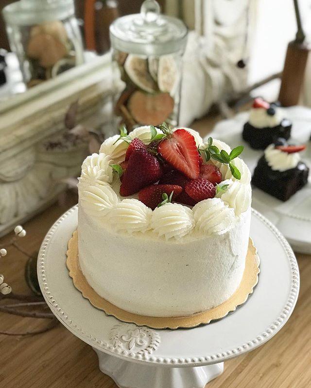 今天是最後一天的工作日🧚♀️🍓 三月份小小學應該來一款紅紅白白的草莓蛋糕。很純粹、白色情人節的滋味。 #三月份小小學準備中