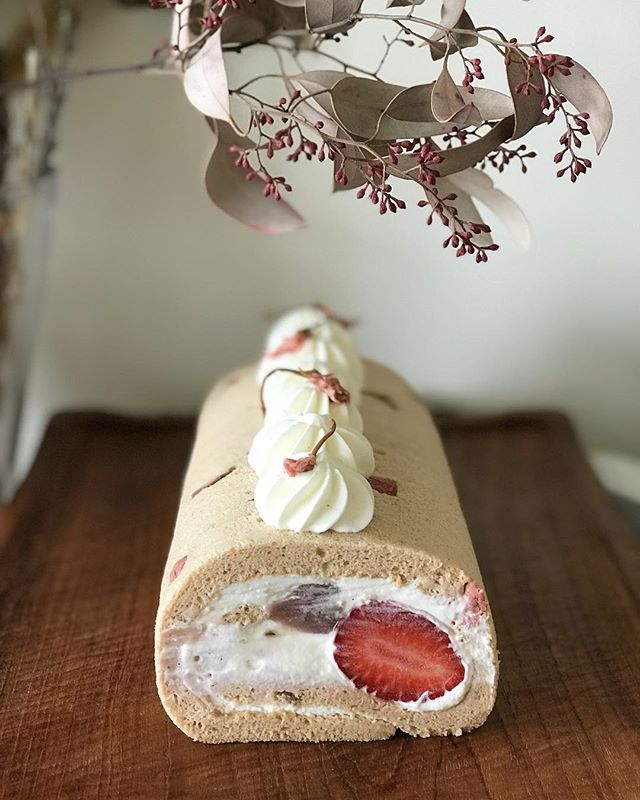 想要舒芙蕾蛋糕體更薄嫩一點,直接做大捲的吧! 這次把整顆草莓捲進來,粉藕色的蛋糕體直接點綴上鮮奶油和鹽漬櫻花更有味道⋯ #櫻花豆沙 #鹽漬櫻花 #三月份小小學準備中  #富澤商店レシピ