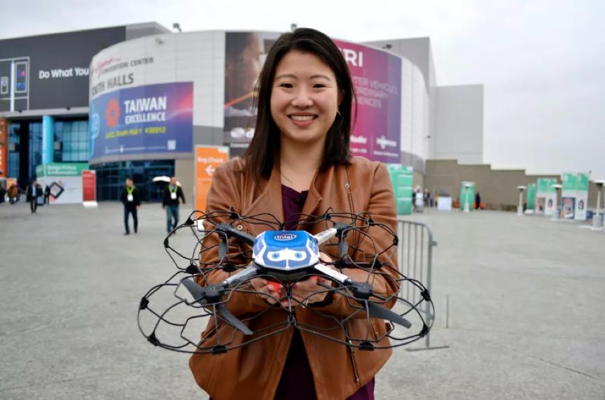 Intel無人機燈光秀總經理娜塔莉·張(Natalie Cheung)在2018年國際消費電子展(CES 2018)上使用該公司的Shooting Star無人機。