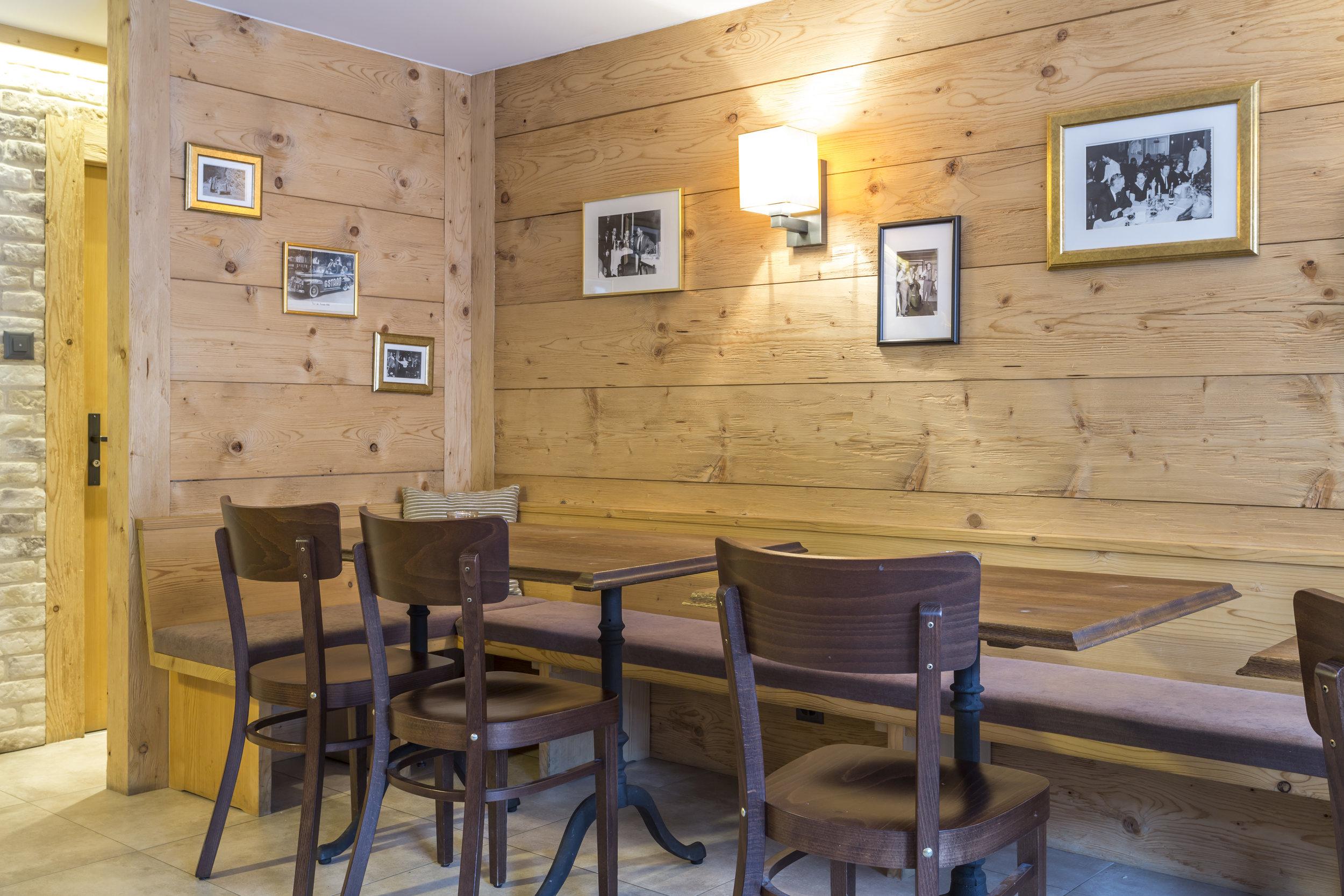 Sie können Ihre Getränke und Speisen draussen geniessen auf gemütlichen Bänken oder drinnen im Tea-Room.