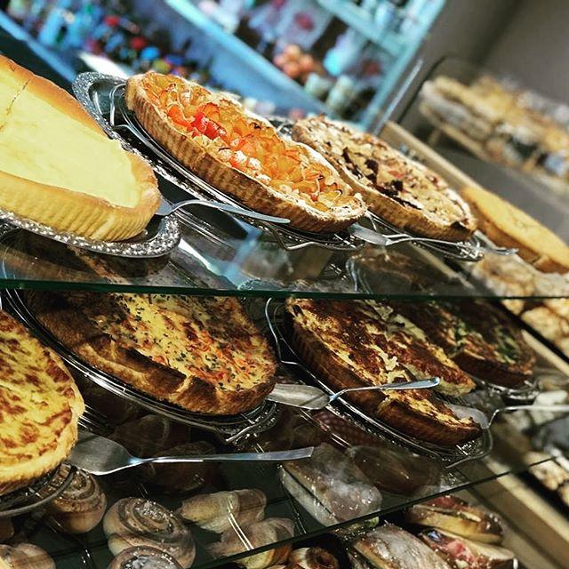 ❗️Kuchenaktion❗️Jedes Stück Kuchen zum Mitnehmen für nur CHF 5 die ganze Woche lang 🥳 Ob Spinatkuchen, Früchtekuchen, Niedlekuchen, Käsekuchen, Pizzakuchen.... 😍 #saanen #gstaad #bakery #cakes #coffee #kuchenaktion