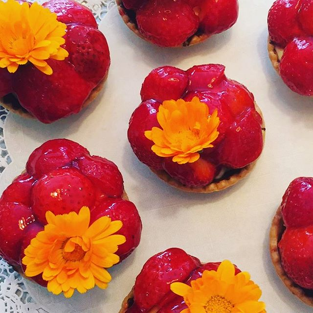 So schmeckt Sommer 🌸☀️ Probiert unsere leckeren sommerlichen Erdbeertörtchen 🍓 #summer #enjoy #strawberry #saanen #gstaad #bakery