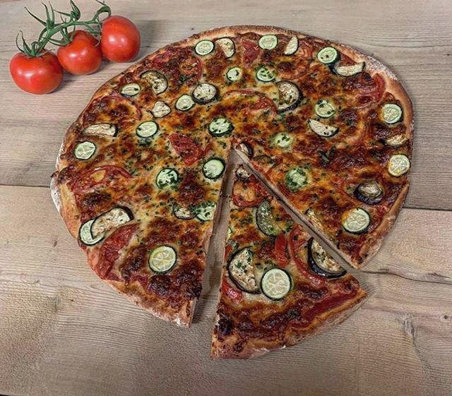 Frische Pizza aus dem Steinofen... wer kann da schon wiederstehen 😍 #pizza #bakery #gstaad #saanen