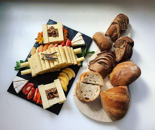 Unsere leckeren selbstgemachten Apéro-Platten mit frischgebackenem Brot! Dann muss nur noch der Champagner geöffnet werden 🍾🥂😉 #bakery #apero #bread #saanen #gstaad #baeckereimüller #tearoom #cheese