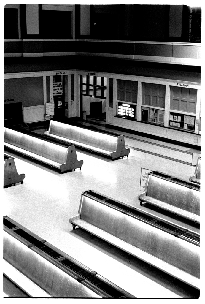 Denver Union Station main hall, 2006. The building underwent a complete renovation starting in 2012, turning this space into a bustling common area with a bar replacing the former ticket counter and small restaurants all around.